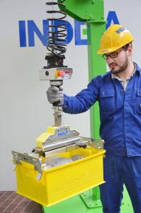 Rękojeść sterująca wyczuwa ruch operatora i pozwala wykonać płynne podnoszenie i opuszczenie ładunku z prędkością do 36 m/min